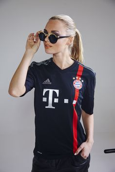 Bayern girl wearing a cool outfit including black leader pants. Who said leather was only for the guys ? Hot Football Fans, Football Girls, Soccer Girls, Soccer Fans, Soccer Jerseys, Jersey Fashion, Sport Fashion, Soccer Pants Outfit, Madrid Girl