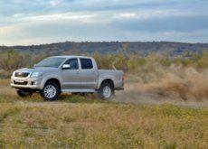 Probamos el Toyota Hilux en pleno campo y arena, y así es cómo el trabajo se vuelve aventura