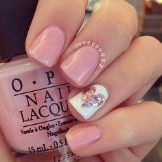 Uñas nude o beige + corazón brilloso con uña blanca