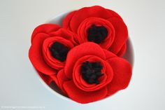 Learn how to make these simple felt poppies in a few easy steps - use them to decorate, embellish accessories or present wrapping! Crepe Paper Flowers, Felt Flowers, Diy Flowers, Fabric Flowers, Easy Felt Crafts, Felt Diy, Felt Crafts Patterns, Fabric Crafts, Poppy Craft