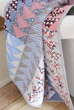 Quilting Ideas 15 Flying Geese Quilts for Inspiration - Simple Simon and Company - I love the look of Flying Geese Quilts and here are 15 inspiration projects to get you making a flying geese quilt of your own! Colchas Quilting, Quilting Projects, Quilting Designs, Quilting Ideas, Quilt Stitching, Hand Stitching, Sewing Projects, Patch Quilt, Quilt Blocks