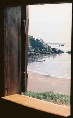 mesmerisme: Fort Ross ventana por Procrasticus en Flickr.