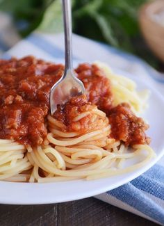 This homemade spaghetti sauce is amazing! Tried-and-true, this spaghetti sauce really is the best. Homemade is the only way to go. #homemadespaghettisauce #spaghettisauce #cleanfood #weeknightdinner #spaghetti #homemade #melskitchencafe