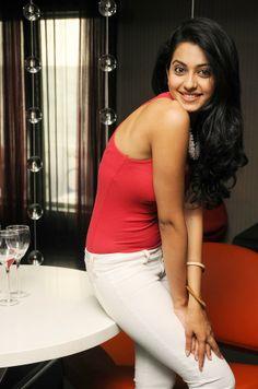 In 2012 Rakul did a Tamil film called Thadaiyara Thakka Indian Celebrities, Bollywood Celebrities, Most Beautiful Indian Actress, Beautiful Actresses, Beautiful Celebrities, Hot Actresses, Indian Actresses, Heroine Photos, Bollywood Girls