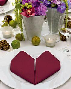 Herz falten - Romantisch aber nicht kitschig wirkt das Herz. Hier zeigen wir Ihnen, wie Sie eine Serviette zum Herz formen.