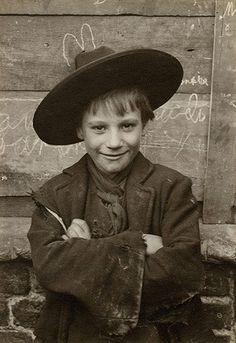 J'aime bien le positionnement du garçon vis-à-vis un coeur à la craie qui semble lui faire des oreilles de lapin...  Tout, dans ce portrait, démontre le génie du photographe!  Superbe!  Horace Warner 1901-1902, Londres