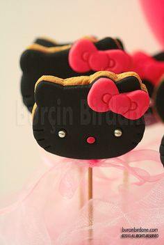 Here's a bunch of ideas of the cutest and certainly most adorable Hello Kitty themed favors, made by different people.