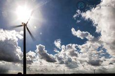 Hedendaagse windmolens in de Flevopolder gefotografeerd met tegenlicht en onvervalst 'Hollands Licht'