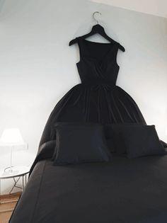 Une robe en tête de lit. Mais peut-être dans une couleur moins dark...