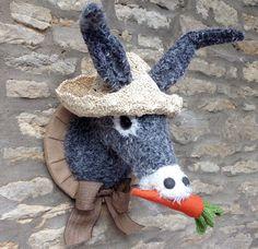 Âne à la main la tête taxidermie faux gris et âne crème bord de mer avec carotte et paille mur chapeau monté trophée tête animal