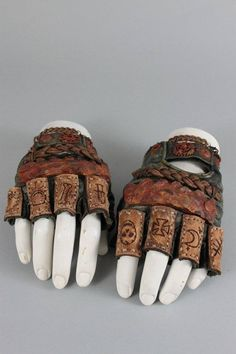 Armors 728527677202545276 - Mad Max Gloves – Post Apocalyptic Gloves – Leather Gloves – Leather – Biker – Armor – Tactical Gloves – Metal Gloves – Motorhead Inspired Source by Larp, Moda Geek, Crea Cuir, Painted Tires, Post Apocalyptic Costume, Post Apocalyptic Fashion, Post Apocalyptic Art, Mode Alternative, Tactical Gloves