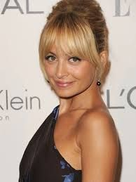 Nicole Richie hit the Annual Style Awards wearing her hair pulled up into a super-high braided top knot. Her long sweeping bangs soften up her updo. Fringe Hairstyles, Hairstyles With Bangs, Pretty Hairstyles, Wedding Hairstyles, Wedding Updo, Updo Hairstyle, Style Hairstyle, Love Hair, Great Hair