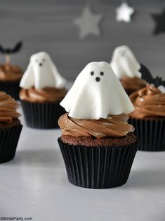 Halloween Chocolate Cupcakes with Fondant Ghost Toppers - quick and easy homemade recipe that is also delicious to make with the kids at home! by BirdsParty.com @birdsparty #halloweencupcakes #halloweenrecipe #halloweendessert #halloween #ghostcupcakes #fondantghost #halloweendessert #halloweenfood Halloween Chocolate, Halloween Desserts, Halloween Cupcakes, Halloween Treats, Halloween Party, Happy Halloween, Fondant Cupcakes, Fondant Toppers, Cupcake Cakes