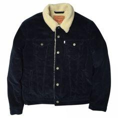 Belle veste Sherpa, avec le fameux 'col mouton' bien à la mode et pour l'homme et pour la femme. Modèle velours de couleur marine/mouton beige. Cette veste est neuve, jamais portée. Taille M pour homme qui taille un peu petit, près du corps. Prix boutique 129 euros.
