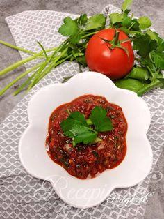 Tento pikatný dip je skvelým doplnkom k pečenému či grilovanému mäsu, výborne však chutí tiež na chlebíku či topinke ako nátierka. Prísad je viacero, väčšinu z nich dostanete kúpiť v potravinách s aziátskym tovarom, alebo môžete tieto nahradiť ich európskymi variantami. Tento dip je tiež výborný v kombinácii s avokádovou nátierkou. Potrebujete: 2 rajčiny2 štipľavé zelené papriky (feferónky)1 červená paprika kápia2 strúčiky cesnaku1 cibuľa1 jarná cibuľka1 čl sušenej mäty1čl sušeného či Dips, Vegetables, Food, Sauces, Essen, Dip, Vegetable Recipes, Meals, Yemek