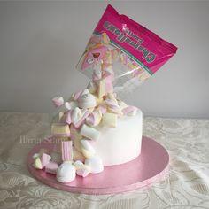 """Marshmallow anti-gravity cake #instafood #ilas #ilassweetness #marshmallow #haribo #cakedesign #pastadizucchero #sugarpaste #antigravity #antigravitycake #cake #torta #compleanno #happybirthday Per info e richieste contattami qui www.facebook.com/ilascake e se ti va metti """"mi piace"""" alla mia pagina"""