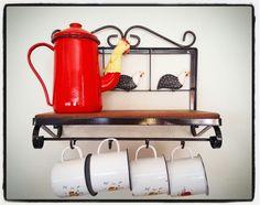 Para cozinhas pequenas, prateleiras menores.  Esse modelo tem 40 cm de largura.  #cozinha #prateleiras #decoração #decorar #decoracao #decoraçãomineira #casa #artesanato #artesanal #artesanatomineiro #canecas #bule #galinha