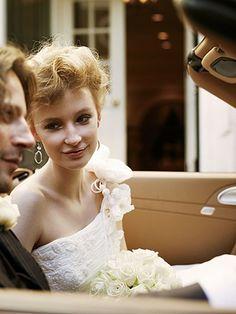 フェミニン&ダンディに。絵になるふたりにゲストもため息 ビーズ刺しゅうの美しいドレスにファーをはおって、彼の運転する車で会場へ。柔らかなドレスの質感がとても優雅です。彼もシンプルなスーツでシックに。花嫁/ドレス¥735,000[レンタル料¥525,000](ドゥ アンディオール 銀座)、ピアス(グロッセ・ジャパン)