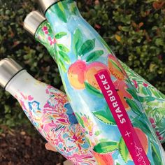 S'well Starbucks® + Lilly Pulitzer bottles need! Swell Water Bottle, Cute Water Bottles, Drink Bottles, Preppy Girl, Preppy Style, My Style, Preppy Southern, Southern Belle, Southern Prep