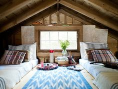 Par dessus les deux chambres d'invités?!?!? :O Oui omg !! Lake House Decorating Ideas - New Hampshire Cabin Decorating - Country Living