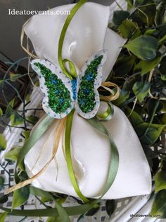Wedding favor silk pouch with handmade butterfly in ivory - green combinations! Code N° MG0040 Μπομπονιέρα γάμου πουγκί πολυτελείας ιβουάρ με χειροποίητη πεταλούδα σε λαδί συνδυασμούς.