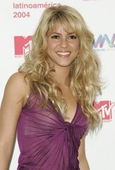 Shakira Long Curls with Bangs can find Bangs and more on our website.Shakira Long Curls with Bangs New Short Hairstyles, Hairstyles With Bangs, Shakira Hairstyles, Hair Dos, My Hair, Shakira Style, Shakira Mebarak, Layered Hair With Bangs, Blonde Bangs