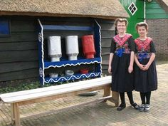 colors of houses from Staphorst are this bleu and green (like the door behind the girls)