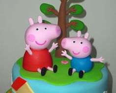 peppa pig Hi!, In this video we'll teach you how to make Peppa pig and her brother George. En este video te ensearemos a elaborar a Peppa pig y su hermanito Geo. Peppa Pig Birthday Cake, Birthday Cake Toppers, Tortas Peppa Pig, Peppa Pig Cakes, Making Fondant, Frozen Cake Topper, Cake Topper Tutorial, Fondant Animals, Pig Party