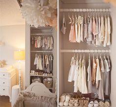un petit dressing moderne dans une chambre bebe