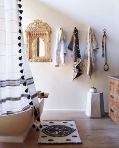 If you have a small bathroom in your home, don't be confuse to change to make it look larger. Not only small bathroom, but also the largest bathrooms have their problems and design flaws. Decoration Inspiration, Bathroom Inspiration, Decor Ideas, Decorating Ideas, Daily Inspiration, 31 Ideas, Bohemian Bathroom, Moroccan Bathroom, Moroccan Tiles