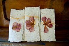 3 Invitaciones olorosas, papel artesanal de papel reciclado y material vegetal, acabadas con flores secas prensadas 31 x 18 cmm