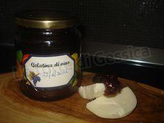Ricetta per preparare in casa la Gelatina di vino per accompagnare formaggi oppure per velare una costata di frutta, perfetta quella alla fragola.