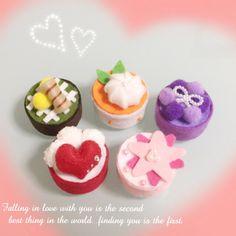久々にペットボトルのキャップとフェルトでミニケーキを作ってみました♪ ボンドでくっつけていくだけなの... Food Crafts, Diy And Crafts, Paper Crafts, Cardboard Kitchen, Felt Cake, Felt Food, Pet Bottle, Cupcakes, Felt Diy