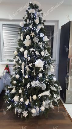 Ako ozdobiť vianočný stromček ? trendy pre rok 2020   Svet Stromčekov Christmas Decorations, Holiday Decor, Christmas Time, Trendy, Home Decor, Christmas Tree Ornaments, Christmas Trees, Noel, Christmas Tree