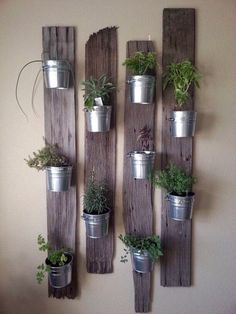 These DIY indoor vertical garden planters let you add living plants right into your decor! Hang these indoor wall planters year round, indoors! Pallet Crafts, Pallet Art, Pallet Ideas, Do It Yourself Einrichtung, Garden Projects, Home Projects, Garden Ideas, Deco Restaurant, Deco Nature
