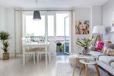 A combinação de um ambiente neutro com objetos coloridos é bacana e surpreendente. Esse pequeno apartamento de apenas 37m² é o exemplo mais que perfeito dessa união.