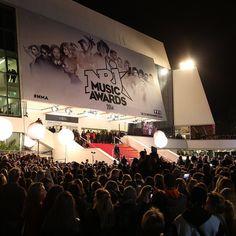 A Cannes, les fans étaient au rendez-vous pour apercevoir leurs artistes préférés ! Music Awards 2014, Nrj Music, Cannes, Concert, Artists, Recital, Concerts