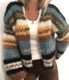 Min høstjakke Knitting pattern by Knit_by_Siv Siv Kristin This cardigan can be knitted by anyone. It is fast knitted on needle Pattern in Norwegian and English. Knitting Kits, Free Knitting, Knitting Patterns, Beginner Knitting, Knitting Sweaters, Crochet Patterns, Fall Cardigan, Oversized Cardigan, Dress Gloves