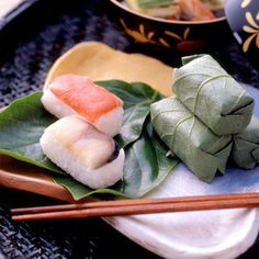 Pressed Sushi Wrapped in Persimmon Leaf [ご当地ギフト:奈良]柿の葉で包んだ情緒あふれる美味しさを。【柿の葉すし 木箱さば・さけ詰合せ21個入り】