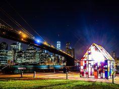 DUMBO Arts Festival di New York, l'artista Tom Fruin ci ha regalato un'altra delle sue meravigliose sculture policromatiche: quest'anno si chiama Reflection / Kolonihavehus, è stata realizzata in collaborazione con CoreAct ed è essenzialmente una casa in vetro acrilico (plexiglas) che crea dei fantastici giochi di luce.