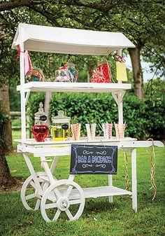 Bar à bonbons en bois blanc sur roues - Cette magnifique charrette sera le support idéal pour accueillir votre bar à bonbons et fera succomber de plaisir vos invités !!! http://www.mariage.fr/charrette-bar-a-bonbons-en-bois-blanc.html