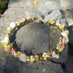 otra #coronitasssh clásica para comunión.  Con flor seca y tonos de rosa y verde.... acierto seguro!