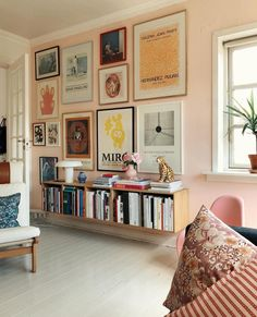 Dekor des Tages: Galeriewand im rosa Wohnzimmer - Dekor des Tages: Galeriewand im rosa Wohnzimmer (Foto: Disclosure) - Living Room Decor, Living Spaces, Bedroom Decor, Bookshelf Living Room, Living Room Artwork, Diy Bookshelf Wall, Quirky Living Room Ideas, Living Room Paintings, Living Room Vintage