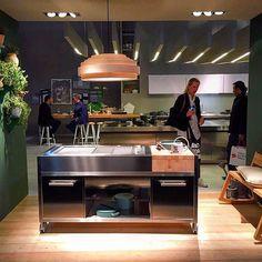 O diretor da @mekalbrasil Christian Kadow está em Milão, e nos enviará algumas novidades da Eurocucina. A italiana Ilve trouxe para a Eurocucina 2016 uma cozinha móvel ideal para áreas externas. A peça combina madeira com inox e pode ser utilizada como cozinha principal em lofts e espaços descolados. #furniture #sophisticated #kitchen #eurocucina2016 #eurocucina #interiordesign #architecture #mekalbrasil #design #isaloni #salonedelmobile #trend #likeit #love #loveit #inspiration #furniture…