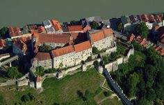 Burghausen Castle: The longest castle in Europe (1,043 meters) and one of Germany's largest, it perches high above the small baroque town of Burghausen in Upper Bavaria on the Austrian border, just like in a fairytale. Its many towers have seen more than a thousand years of history. This monument to late-medieval fortress…