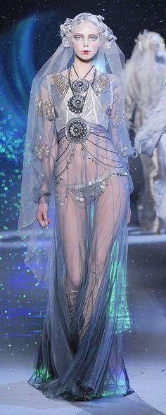 John Galliano Fall-winter - Ready-to-Wear - Trend Designer Dresses Indian 2019 Weird Fashion, Fashion Art, High Fashion, Fashion Show, Fashion Outfits, Fashion Design, Fashion Scarves, Couture Mode, Couture Fashion