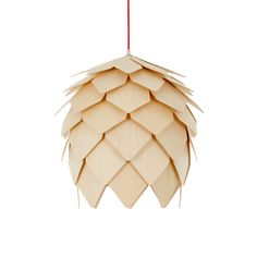 Cascada possède une belle forme légère, composée de pétales individuelles en bois, pour créer une lumière qui se déverse subtilement tout au long du sol, ainsi que vers le sol. Le bois naturel contraste parfaitement avec le câble de plafond rouge frappant. Nécessite une ampoule de 1 x 40W OU 60W E27.