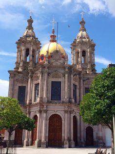 Esta es otra catedral pero en Jalostotitlan, Jalisco, Mexico. Me gusto mucho andar por sus calles empedradas.