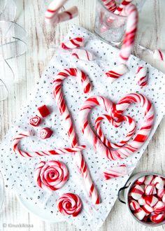 Karkkimassan työstäminen on hauskaa ja mielenkiintoista. On hupaisaa venyttää purukumimaista massaa, joka pikku hiljaa saa lopullisen koostumuksensa. Christmas Feeling, Nordic Christmas, Christmas Time, Xmas, Yule Traditions, Homemade Sweets, Candy Shop, Sweet Recipes, Icing