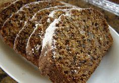 Queque de Nueces y Manzanas-Cernir la harina.  Mezclar los huevos, el aceite y la esencia de vainilla en un bowl.  Luego, agregar la harina y la canela a la mezcla. Revolver hasta obtener una mezcla homogénea.  Añadir las manzanas ralladas, las nueces y las pasas. Luego, agregar el endulzante, probando hasta obtener el dulzor deseado.  Enmantequillar un molde y verter la mezcla.  Meter al horno a 180ºC por 25 – 30 minutos.